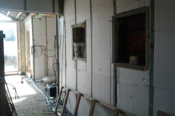 Výstavba RD Karlovy Vary-výstavba domu na klíč-moduly 30 cm  !! Detailní fotogalerie stavby  !! | vložení další protihlukové izolace mezi latě vnitřních modulů,v místech vložení polystyrenových desek ve vnitř domu mezi latě obvodových modulů slouží  tato vrstva jako další zateplení domu zevnitř. - vložení další protihlukové izolace mezi latě vnitřních modulů,v místech vložení polystyrenových desek ve vnitř domu mezi latě obvodových modulů slouží  tato vrstva jako další zateplení domu zevnitř.