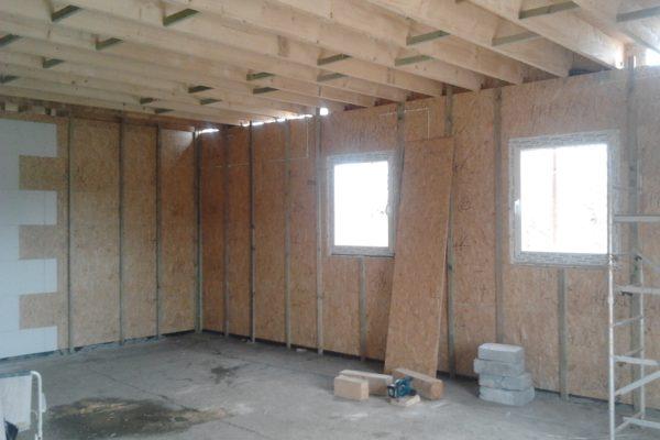 Výstavba RD Chomutov-výstavba domu na klíč -ÚED-Úsporně energetický dům-výplň modulů vatou | Laťování vnitřních stěn pro fixaci a spojení řad modulů v jeden celek-vnitřní laťování po 62,5cm -zároveň tímto tvoříme rošt pro sádrokartonovou konstrukci -vložení další protihlukové izolace mezi latě vnitřních modulů,v místech vložení polystyrenových desek ve vnitř domu mezi latě obvodových modulů slouží  tato vrstva jako další zateplení domu zevnitř. - Laťování vnitřních stěn pro fixaci a spojení řad modulů v jeden celek-vnitřní laťování po 62,5cm -zároveň tímto tvoříme rošt pro sádrokartonovou konstrukci -vložení další protihlukové izolace mezi latě vnitřních modulů,v místech vložení polystyrenových desek ve vnitř domu mezi latě obvodových modulů slouží  tato vrstva jako další zateplení domu zevnitř.