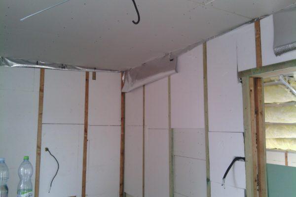 Výstavba RD Kly-výstavba domu na klíč | Laťování vnitřních stěn a vložení další protihlukové izolace mezi latě vnitřních modulů,v místech vložení polystyrenových desek ve vnitř domu mezi latě obvodových modulů slouží  tato vrstva jako další zateplení domu zevnitř. - Laťování vnitřních stěn a vložení další protihlukové izolace mezi latě vnitřních modulů,v místech vložení polystyrenových desek ve vnitř domu mezi latě obvodových modulů slouží  tato vrstva jako další zateplení domu zevnitř.