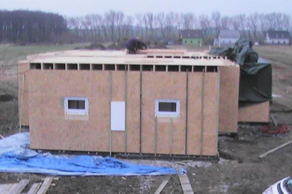 Výstavba RD Chomutov-výstavba domu na klíč -ÚED-Úsporně energetický dům-výplň modulů vatou | Laťování venkovní ploch stěn pro fixaci a spojení řad modulů v jeden celek-venkovní  laťování po 50cm -zároveň tímto tvoříme pro vložení polystyrenové desky první části venkovního zateplení  domu - Laťování venkovní ploch stěn pro fixaci a spojení řad modulů v jeden celek-venkovní  laťování po 50cm -zároveň tímto tvoříme pro vložení polystyrenové desky první části venkovního zateplení  domu
