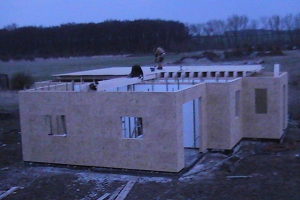 Výstavba RD Chomutov-výstavba domu na klíč -ÚED-Úsporně energetický dům-výplň modulů vatou | Montáž podlah-starý způsob,podlahy se montovaly až přímo v patře(dnes již podlahy stavebnice-panelové,montujeme na zemi, úspora 1 1/2 dne) - Montáž podlah-starý způsob,podlahy se montovaly až přímo v patře(dnes již podlahy stavebnice-panelové,montujeme na zemi, úspora 1 1/2 dne)