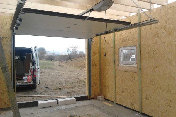 Výstavba RD Chomutov-výstavba domu na klíč -ÚED-Úsporně energetický dům-výplň modulů vatou | Osazeny garážová vrata a okna. A můžeme zaparkovat - Osazeny garážová vrata a okna. A můžeme zaparkovat
