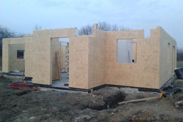 Výstavba RD Chomutov-výstavba domu na klíč -ÚED-Úsporně energetický dům-výplň modulů vatou | Postavené  7- řad modulů cca 3 1/2 hodiny práce -umístění překladů nad okna a dveře - Postavené  7- řad modulů cca 3 1/2 hodiny práce -umístění překladů nad okna a dveře