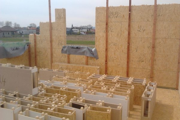 Výstavba RD Chomutov-výstavba domu na klíč -ÚED-Úsporně energetický dům-výplň modulů vatou | při stavbě patra rovnou laťujeme - při stavbě patra rovnou laťujeme