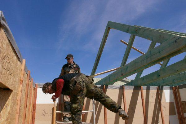 Výstavba RD Chomutov-výstavba domu na klíč -ÚED-Úsporně energetický dům-výplň modulů vatou | stavba krovu - krov byl také dovezen opět jako stavebnice - stavba krovu – krov byl také dovezen opět jako stavebnice
