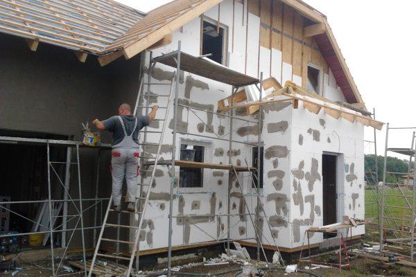 Výstavba RD Chomutov-výstavba domu na klíč -ÚED-Úsporně energetický dům-výplň modulů vatou | Tmelení zateplovacího systému -příprava na aplikaci omítkoviny - Tmelení zateplovacího systému -příprava na aplikaci omítkoviny