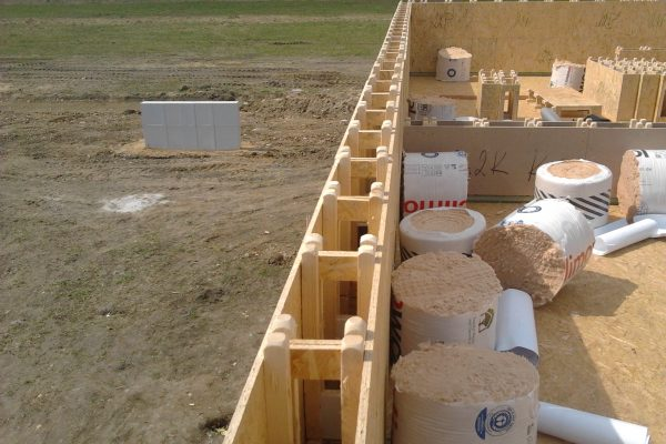 Výstavba RD Chomutov-výstavba domu na klíč -ÚED-Úsporně energetický dům-výplň modulů vatou | Založení prahů a 1-řady modulů patra - Založení prahů a 1-řady modulů patra