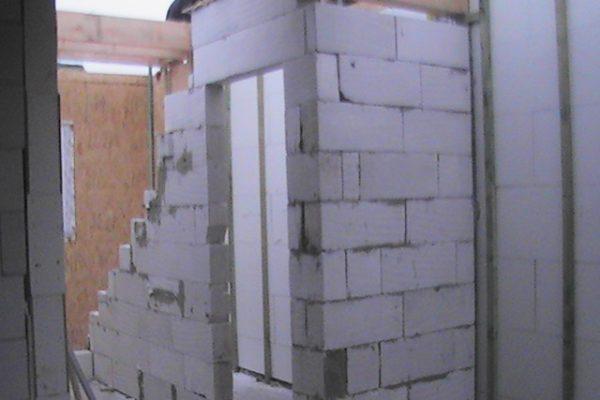 Výstavba RD Chomutov-výstavba domu na klíč -ÚED-Úsporně energetický dům-výplň modulů vatou | zděná příčka v domě - v této příčce bude umístěna krbová vložka - zděná příčka v domě – v této příčce bude umístěna krbová vložka