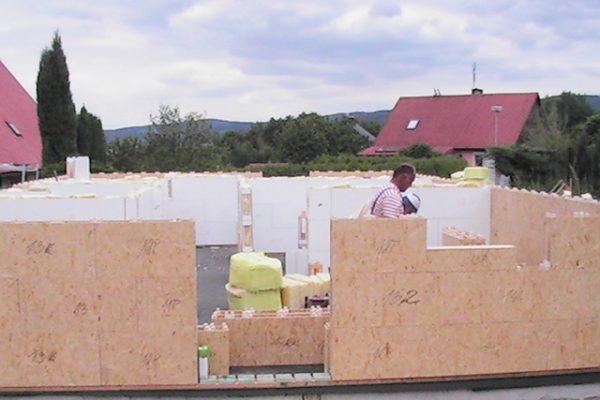 Výstavba RD Citice-výstavba domu na klíč !! Detailní fotogalerie stavby  !! | Postavené  3-řady modulů cca hodinka práce -umístění pod-parapetů pro správné výšky oken - Postavené  3-řady modulů cca hodinka práce -umístění pod-parapetů pro správné výšky oken
