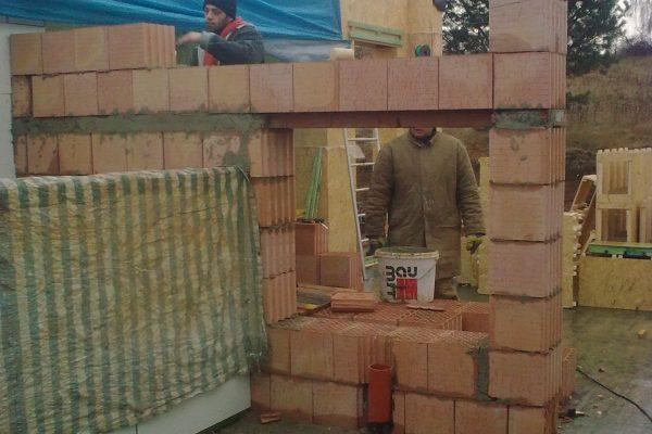 Výstavba RD Karlovy Vary-výstavba domu na klíč-moduly 30 cm  !! Detailní fotogalerie stavby  !! | Cihelná zeď je postavena v našich dřevostavbách pro umístění krbové vložky do stěny,při umístění krbových kamen se cihelná zeď neřeší - Cihelná zeď je postavena v našich dřevostavbách pro umístění krbové vložky do stěny,při umístění krbových kamen se cihelná zeď neřeší