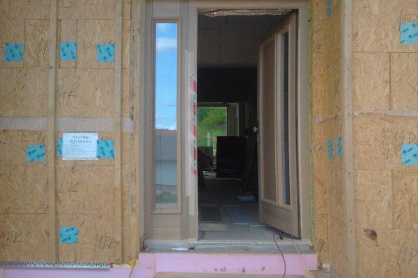 Výstavba RD Karlovy Vary-výstavba domu na klíč-moduly 30 cm  !! Detailní fotogalerie stavby  !! | montáž dveří a oken před zateplením domu - montáž dveří a oken před zateplením domu