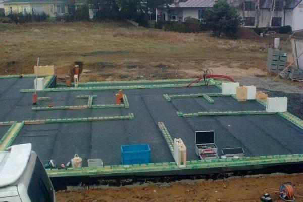 Výstavba RD Karlovy Vary-výstavba domu na klíč-moduly 30 cm  !! Detailní fotogalerie stavby  !! | Založení základových prahů spolu s 1-řadou modulů - Založení základových prahů spolu s 1-řadou modulů