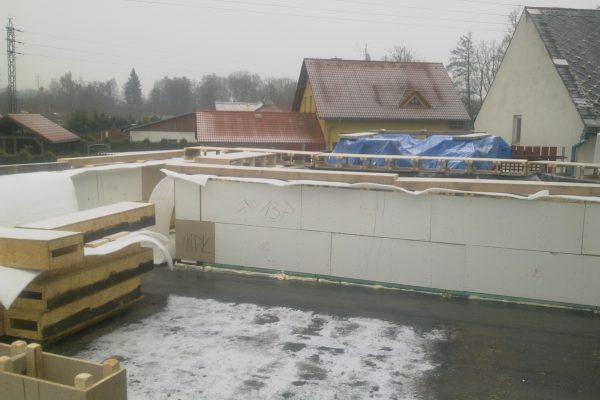 Výstavba RD Kfely-dřevostavba domu svépomocí | Pohled na zakrytou konstrukci z důvodu nepříznivého počasí. Výstavba probíhala v zimě, náš systém neklade žádné omezení na roční období. - Pohled na zakrytou konstrukci z důvodu nepříznivého počasí. Výstavba probíhala v zimě, náš systém neklade žádné omezení na roční období.