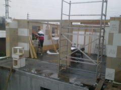 Pohled z prostoru bazénové místnosti na výstavbu. Stavební otvory vznikají při výstavbě dle kladečského plánu.