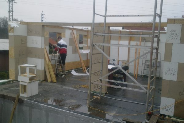 Výstavba RD Kfely-dřevostavba domu svépomocí | Pohled z prostoru bazénové místnosti na výstavbu. Stavební otvory vznikají při výstavbě dle kladečského plánu. - Pohled z prostoru bazénové místnosti na výstavbu. Stavební otvory vznikají při výstavbě dle kladečského plánu.