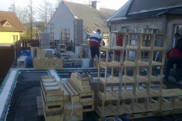 Výstavba RD Kfely-dřevostavba domu svépomocí | Rozmístění a montáž základových prahů systémem Modul-LEG® do základové desky. - Rozmístění a montáž základových prahů systémem Modul-LEG® do základové desky.