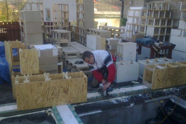 Výstavba RD Kfely-dřevostavba domu svépomocí | Rozmístění a montáž základových prahů systémem Modul-LEG® do základové desky. Základové prahy dozatepleny pruhem EPS polystyrenu. Obvodové moduly 300 mm. - Rozmístění a montáž základových prahů systémem Modul-LEG® do základové desky. Základové prahy dozatepleny pruhem EPS polystyrenu. Obvodové moduly 300 mm.