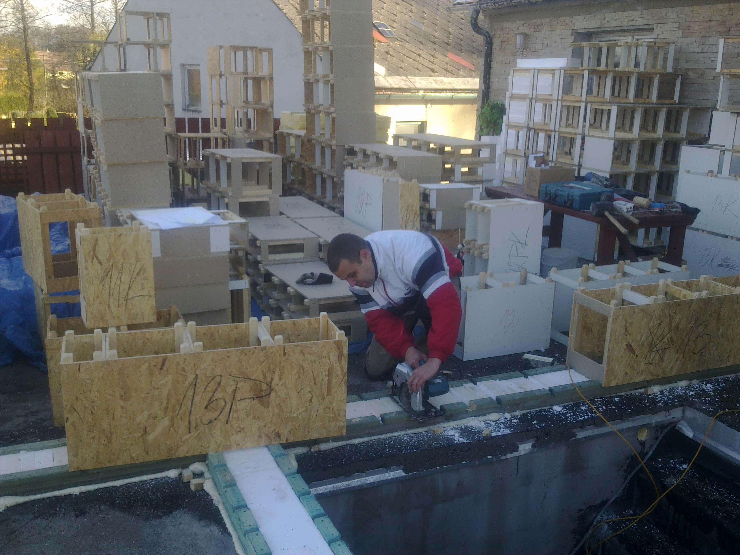 Rozmístění a montáž základových prahů systémem Modul-LEG® do základové desky. Základové prahy dozatepleny pruhem EPS polystyrenu. Obvodové moduly 300 mm.