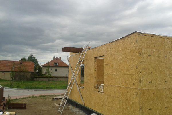 Výstavba RD Kly-výstavba domu na klíč | Postavená  8- řady modulů -ukládání věnců a jejich sešroubování v jeden celek  cca 6 1/2 hodiny práce ,začínáme podlahy patrového domu - Postavená  8- řady modulů -ukládání věnců a jejich sešroubování v jeden celek  cca 6 1/2 hodiny práce ,začínáme podlahy patrového domu