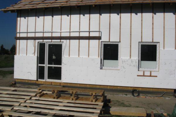 Výstavba RD Kly-výstavba domu na klíč | Zateplení venkovního pláště.Vložení masivní fošny,jako podpěry pro budoucí přístřešek. - Zateplení venkovního pláště.Vložení masivní fošny,jako podpěry pro budoucí přístřešek.