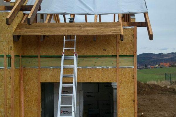 Výstavba RD Trubín-dřevostavba domu svépomocí- Čistá stavba – !! Stavba patra bez Koordinátora !! | Montáž střešní folie nad garáží - Montáž střešní folie nad garáží