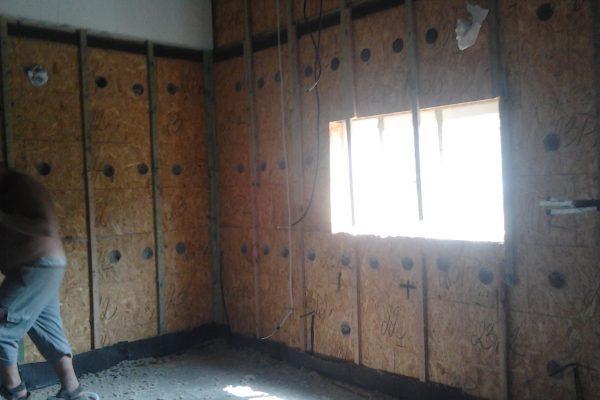 Výstavba RD Velim-výstavba domu na klíč | Laťování vnitřních stěn a aplikace climatizeru(tentokráte se muselo plnit i ze vnitř stavby a to právě proto,že za touto stěnou se nacházela cihelná stěna souseda.Trochu Ementál - Laťování vnitřních stěn a aplikace climatizeru(tentokráte se muselo plnit i ze vnitř stavby a to právě proto,že za touto stěnou se nacházela cihelná stěna souseda.Trochu Ementál