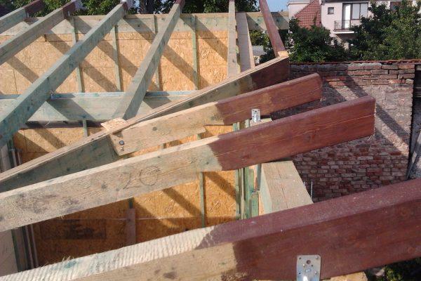 Výstavba RD Velim-výstavba domu na klíč | Viditelné prvky krovu jsou opatřeny nátěrem-lazurou barevnosti dle přání zákazníka - Viditelné prvky krovu jsou opatřeny nátěrem-lazurou barevnosti dle přání zákazníka