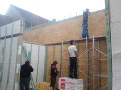 Výstavba zadního štítu - za stavbou se hned(20cm) nachází cihelná zeď souseda-hned se muselo laťovat