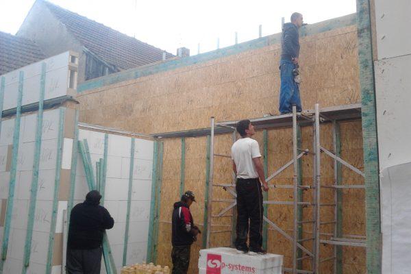 Výstavba RD Velim-výstavba domu na klíč | Výstavba zadního štítu - za stavbou se hned(20cm) nachází cihelná zeď souseda-hned se muselo laťovat - Výstavba zadního štítu – za stavbou se hned(20cm) nachází cihelná zeď souseda-hned se muselo laťovat