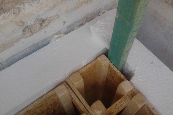 Výstavba RD Velim-výstavba domu na klíč | založení 1-řady základových prahů s 1-řadou modulů a okamžité laťování a zateplování z venku(jinak bychom se tam již nedostaly-za stavbou se hned(20cm) nachází cihelná zeď souseda) - založení 1-řady základových prahů s 1-řadou modulů a okamžité laťování a zateplování z venku(jinak bychom se tam již nedostaly-za stavbou se hned(20cm) nachází cihelná zeď souseda)
