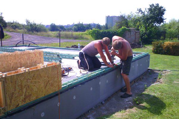 Výstavba RD Žatec-dřevostavba domu svépomocí | Založení základových prahů spolu s 1-řadou modulů - Založení základových prahů spolu s 1-řadou modulů