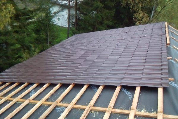 Výstavba RD Velká Hleďsebe-dřevostavba domu svépomocí | Pokládka střešní krytiny - Pokládka střešní krytiny