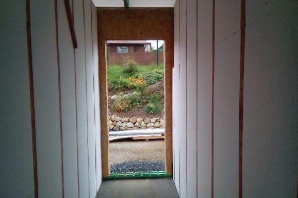 Výstavba RD Velká Hleďsebe-dřevostavba domu svépomocí | Vnitřek zalaťovaný a výplň polystyrenem mezi moduly. - Vnitřek zalaťovaný a výplň polystyrenem mezi moduly.