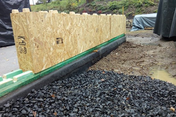 Výstavba RD Velká Hleďsebe-dřevostavba domu svépomocí | Založení základových prahů spolu s 1-řadou modulů - Založení základových prahů spolu s 1-řadou modulů